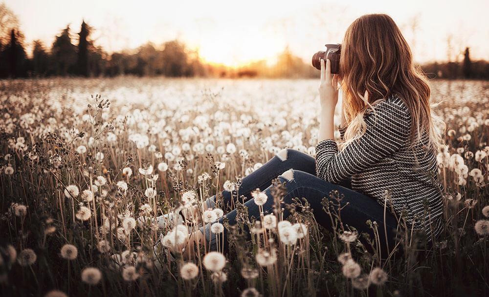девушка в поле одуванчиков