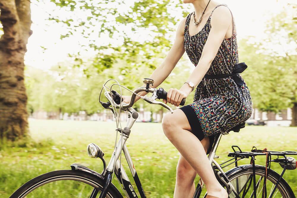 женщина на велосипелде