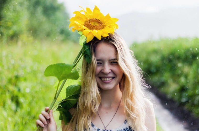 девушка в подсолнухах улыбается