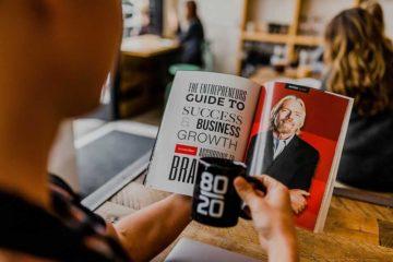 человек читает книгу об успехе