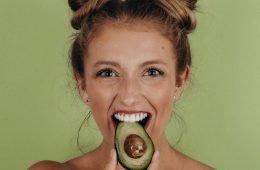 девушка ест авокадо