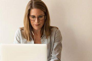 женщина 40 лет работает