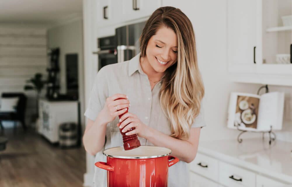 женщина готовит еду